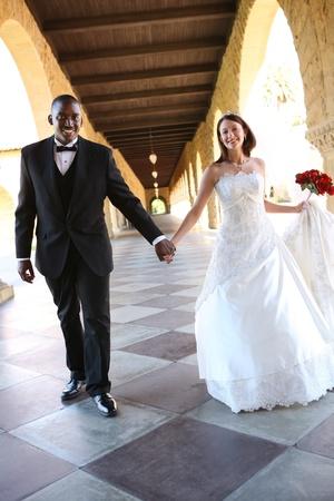 interracial: Ein attraktiver Mann und Frau Hochzeitspaar bereit, verheiratet werden