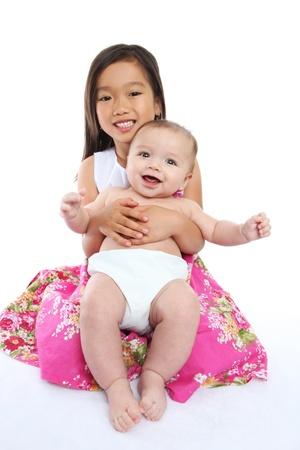 S?ur aînée, holding mignon petit frère sur fond blanc