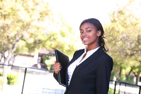 大学のキャンパスのクラスに歩いてきれいな女性教師