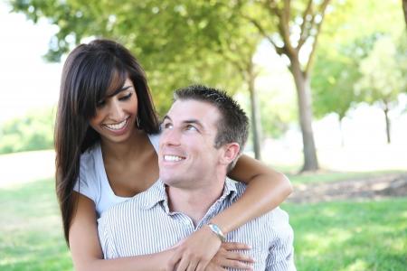 愛の公園で、魅力的な男と女のカップル