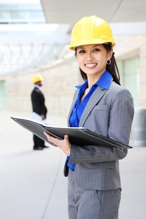 建設現場で若く、かなりアジアの建築家の女性 写真素材