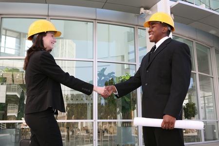 Un architecte beau réunion avec un client sur le chantier