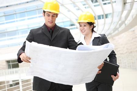 Interessanti architetti uomo e donna sul cantiere di costruzione Archivio Fotografico - 10960761