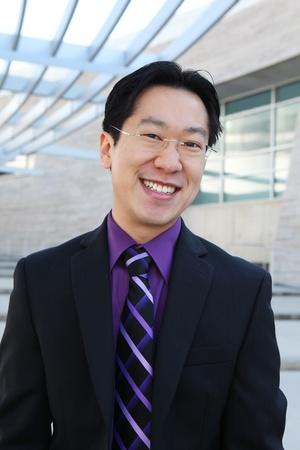 オフィスで笑みを浮かべて hansome 中国ビジネス男
