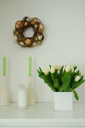 tulipan: Wielkanoc porozumienie z naturalnym wieniec jaj i białe tulipany w wazonie na białym tle