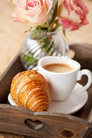 petit dejeuner romantique: Petit-d�jeuner romantique avec caf� et croissant