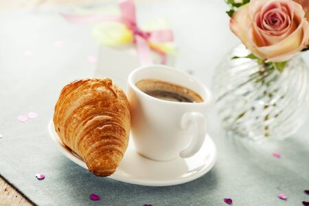 desayuno romantico: Desayuno rom�ntico con caf� y croissant Foto de archivo
