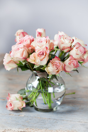 Bouquet of pink beautiful roses in vase Imagens