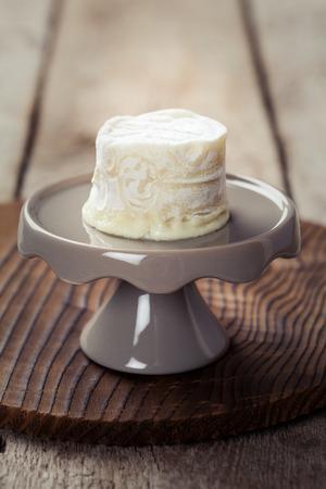 queso de cabra: Queso de cabra en un soporte