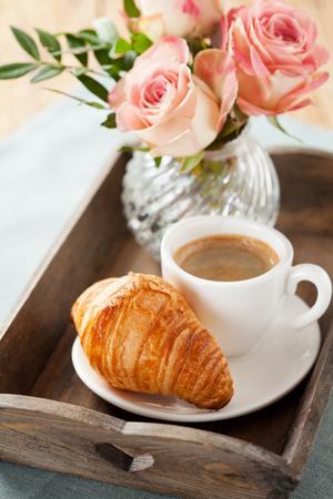 desayuno romantico: Desayuno romántico con café y croissant Foto de archivo