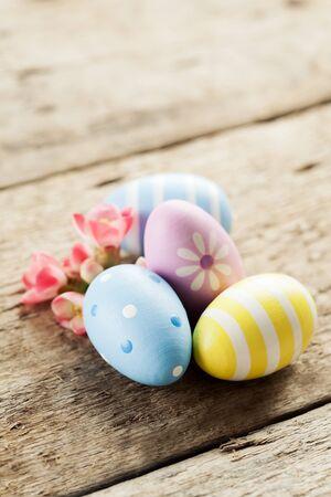 huevo blanco: Decoraci�n de Pascua: huevos de colores y flores de primavera