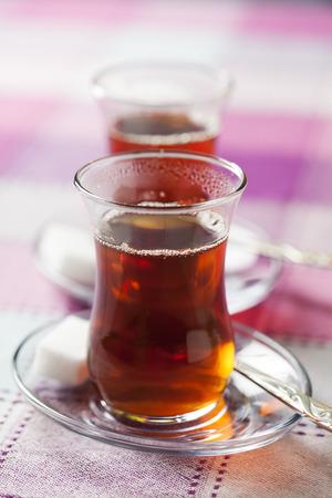Türkisch schwarzer Tee in traditionellen Tee-Glas