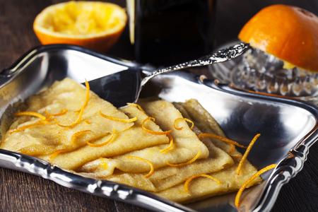 hot cakes: Crepe Suzette, tortitas fritas tradicionales con jarabe de naranja Foto de archivo