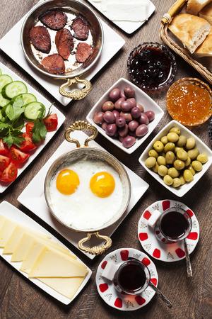 Reisconcept: setup met een traditioneel Turks ontbijt Stockfoto