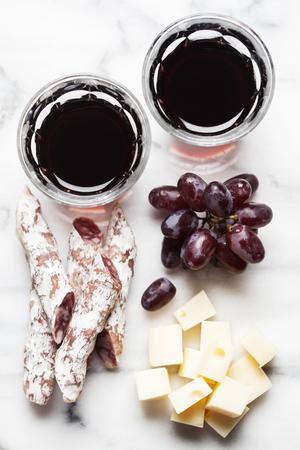 charcuter�a: Vino tinto con uvas y charcuter�a