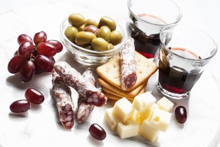 charcuter�a: Vino tinto con charcuter�a y uvas y aceitunas