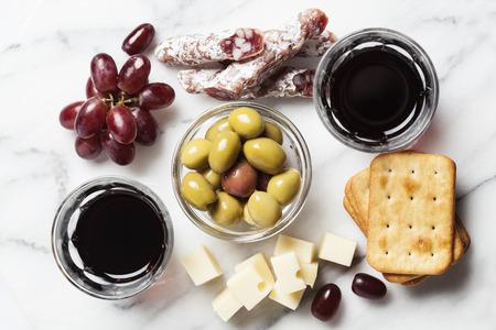 charcutería: Vino tinto con charcutería y uvas y aceitunas