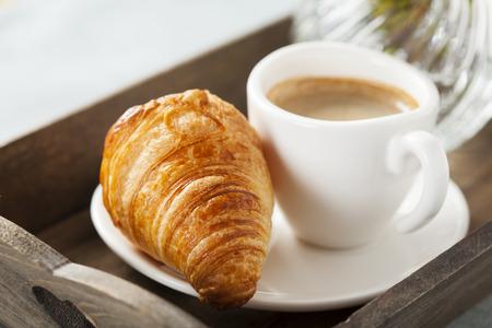 desayuno romantico: Desayuno romántico con café y croissant en la bandeja Foto de archivo