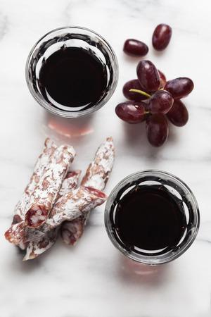 charcutería: Vino tinto con uvas y charcutería