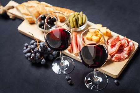 Rode wijn met charcuterie assortiment op de achtergrond Stockfoto