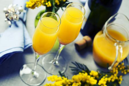 Twee glazen met mimosa cocktail (grot plus jus d'orange) Stockfoto