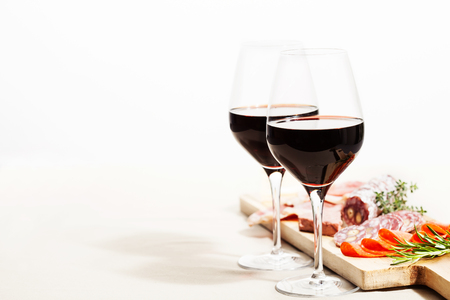 Asortyment czerwonego wina i charcuterie na desce