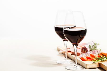 Assortimento di vino rosso e charcuterie sul tavolo