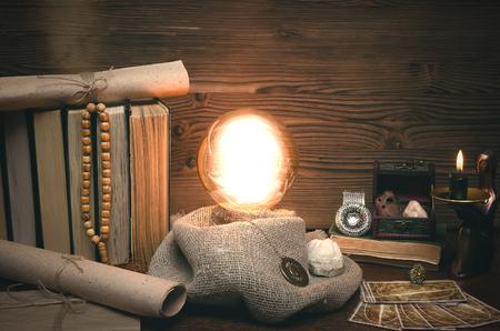 Bola de cristal y cartas del tarot en el escritorio de adivino. Concepto de lectura futura. Mesa mágica paranormal.