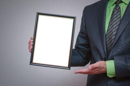 diploma en blanco o certificado maqueta en la rama de oro . marco de la lámpara vacía de la foto con espacio de copia disponible