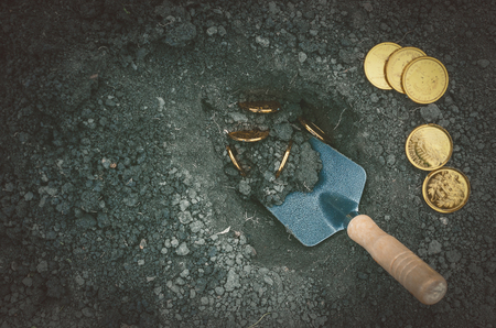 Coins searching. Treasure hunting concept. In search of a lost treasure. Banque d'images