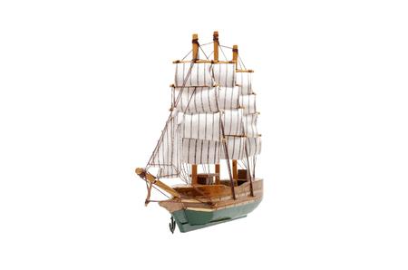 Jouet de bateau à voile isolé sur fond blanc. Banque d'images