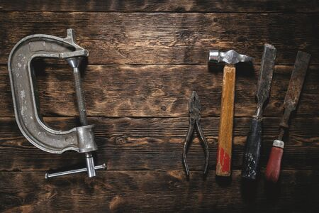 Old construction tools on a wooden workbench flat lay background. Carpenter table. Woodwork. Banque d'images