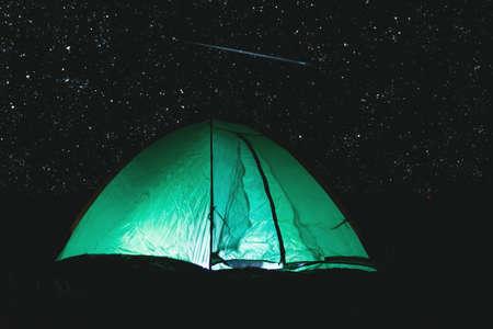 Green touristic tent at night on starry sky background. 版權商用圖片 - 151946414