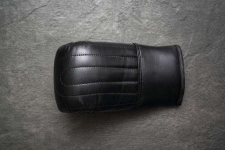 Black leather boxing gloves on the stone floor background. 版權商用圖片 - 152886662
