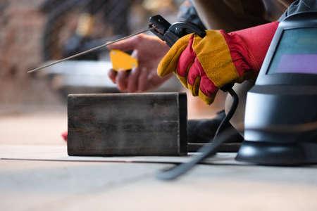Welder is welding a metal frame close up. 版權商用圖片 - 168251810