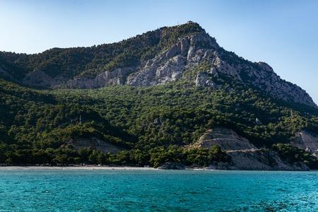 heaven?: Laguna de la monta�a azul marino contra el cielo