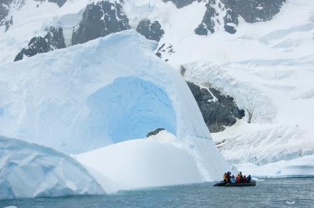 balsa: Vlot in de buurt van ijsberg en berg gletsjer op Antarctica