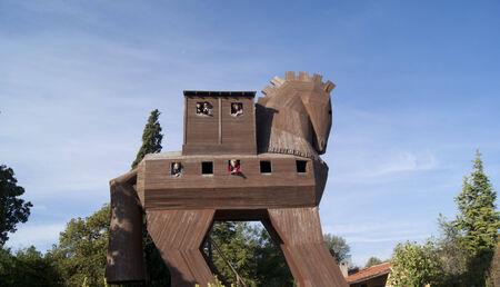 cavallo di troia: La statua in legno del cavallo di Troia con persone all'interno Editoriali