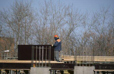 paredes de ladrillos: trabajador masculino que pone ladrillos en el sitio