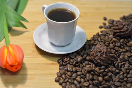 cafe bombon: caf� negro, dulces truffel en granos de caf� y una flor fresca