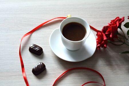 cafe bombon: taza de café fuerte con dulces y flores