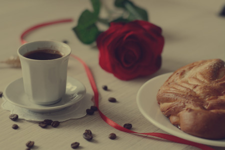 scattered in heart shaped: bun and fresh mocca on the table