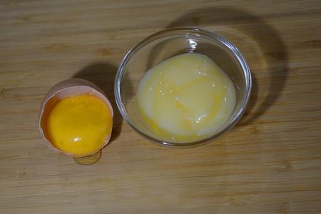 cremas faciales: Amarillo screem facial casera y una yema de huevo en la c�scara