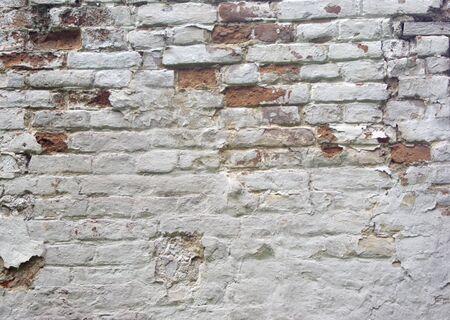detail van de oude witgekalkte bakstenen muur, gebarsten Stockfoto