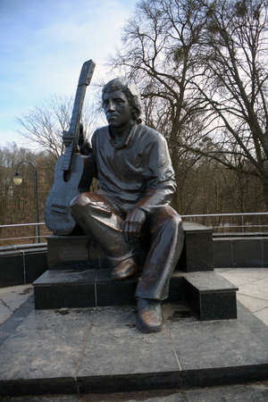 KALININGRAD, RUSSIA - 22,03,2021 monument to Vladimir Vysotsky in the park, in early spring Éditoriale