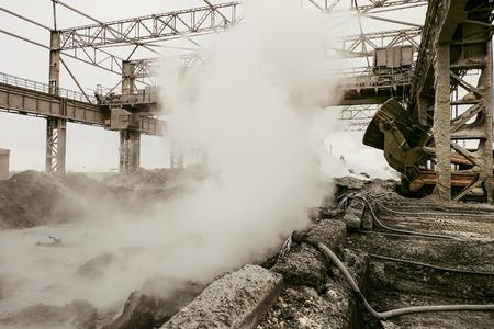 鉱業重い業界の背景。冶金学の熱いスラグダンプ。