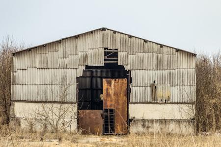 古い放棄された荒廃農業格納庫