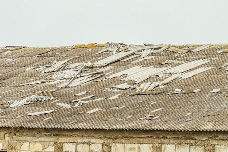 老朽化した農業の建物の古い折りたたみ石綿セメント屋根 写真素材 - 88910518
