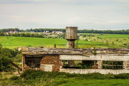 古い放棄された荒廃した農業の建物