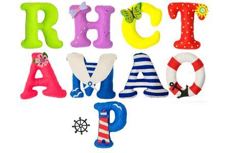 Set Buchstaben aus Filz. Handgemachtes Kinderalphabet mit Dekoration.